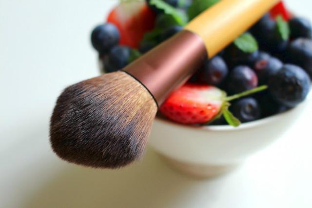 berries_blueberries_strawberries_fruit_healthy_natural_cosmetics_brush_cosmetic_brush-628677.jpg