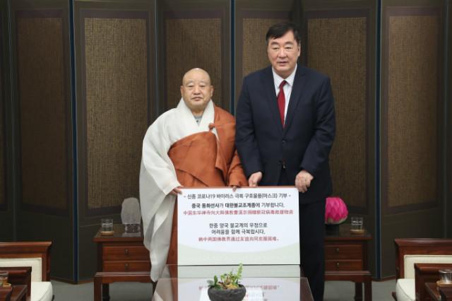 중국 동화선사 마스크 기부 전달식_기념촬영1.JPG