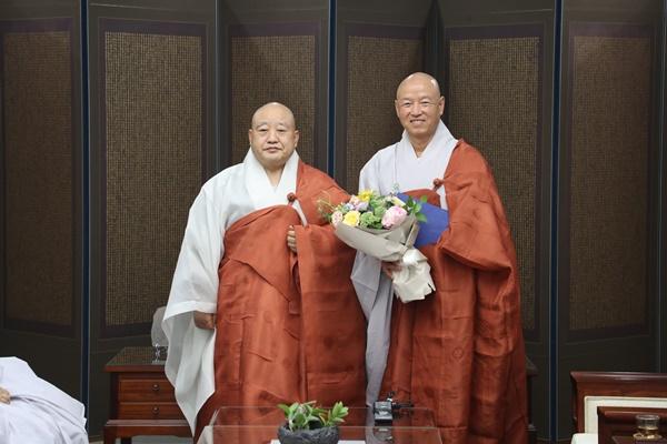 총무원장스님 금산사 일원스님 기념사진.JPG