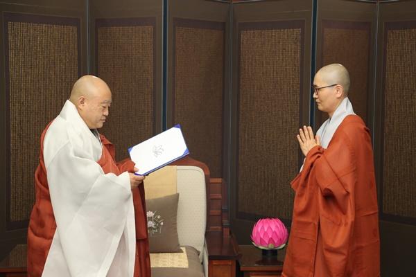 불교중앙박물관 사무국장 법은스님 임명장 수여.JPG