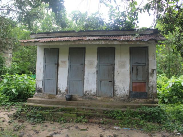 지구촌공생회-2. 노후와 태풍으로 파손된 화장실.JPG